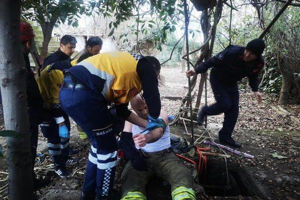 Kadıköy'de tavukları beslerken kuyuya düşen adamı itfaiye kurtardı