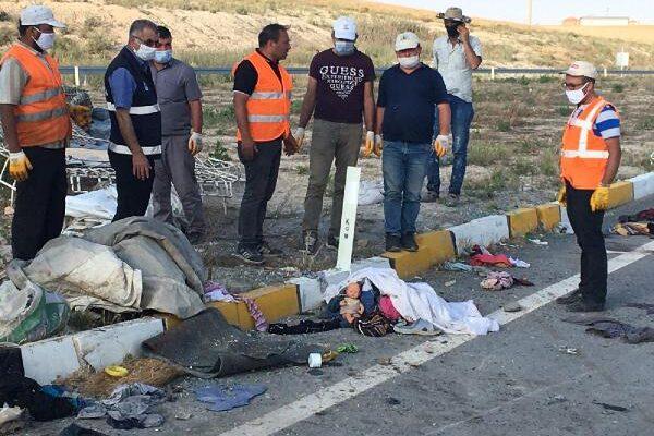 Tarım işçilerinin taşındığı minibüs ile TIR çarpıştı: 7 ölü, 11 yaralı (3)- Yeniden