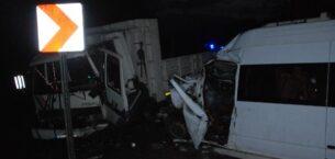 Orman işçilerini taşıyan minibüs ile kamyon çarpıştı: Biri ağır, 15 yaralı