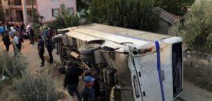 Tanker, tarım işçilerini taşıyan midibüse çarptı: 26 yaralı