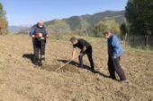 80 yaşındaki çift projede öncü oldu, bahçelerine 100 ceviz fidanı dikildi