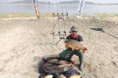 Tuttuğu büyük balıklarla fotoğraf çektirip, tekrar suya bırakıyor